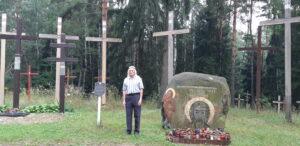 Художник-иконописец Анатолий Кузнецов рядом с изображением Спасителя